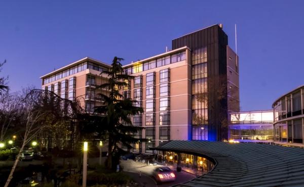 apollo hotel bij nacht